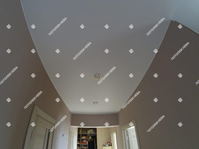 Белый матовый потолок в прихожей