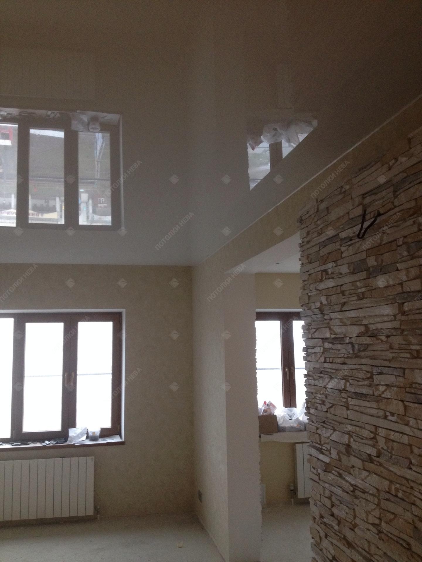 Светлый глянцевый потолок в гостиной