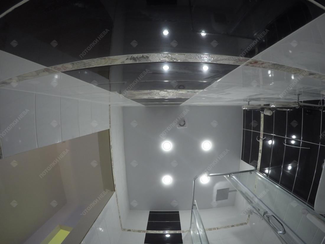 Ванная, оформленная глянцевым потолком