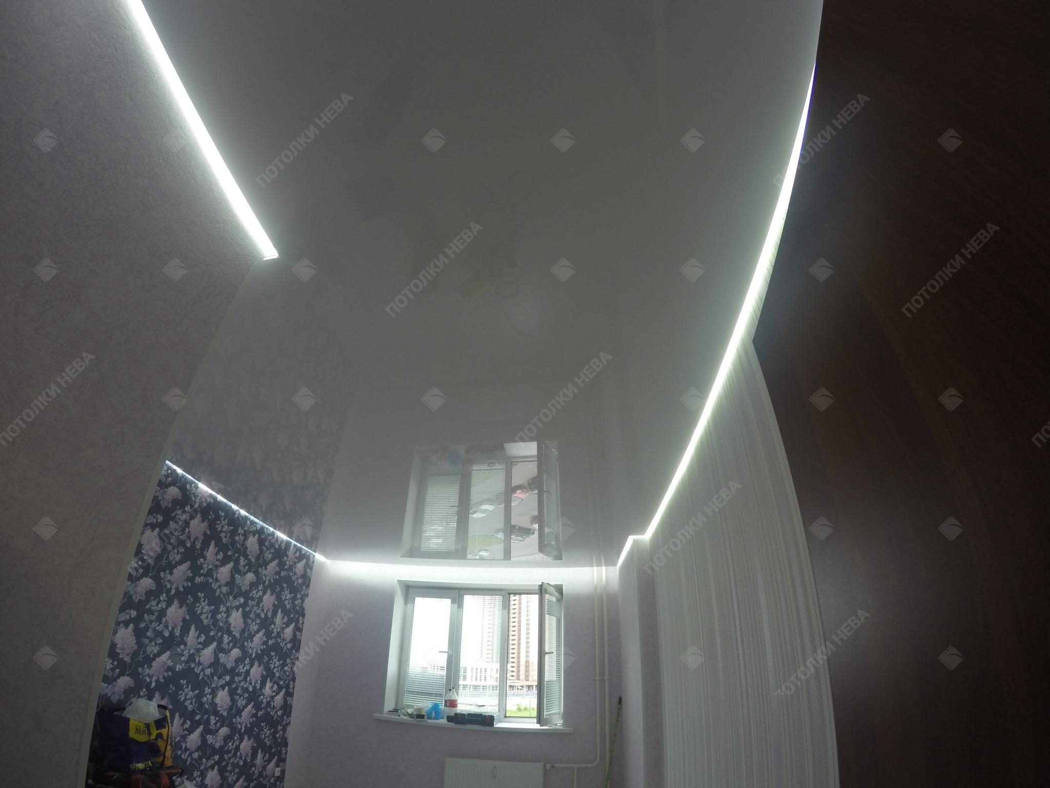 Глянцевый светодиодный потолок в гостиной