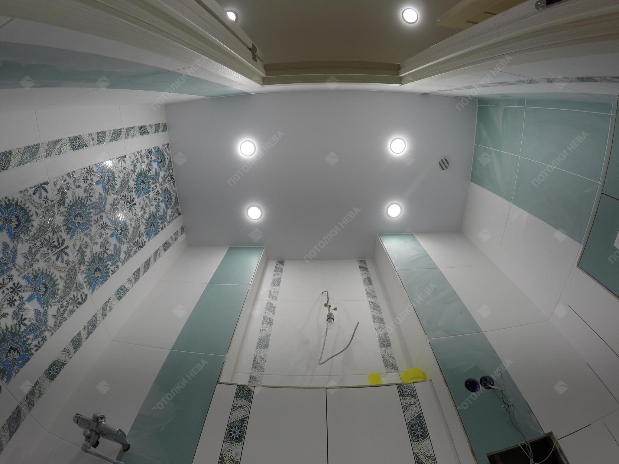 Сатиновый натяжной потолок в ванной