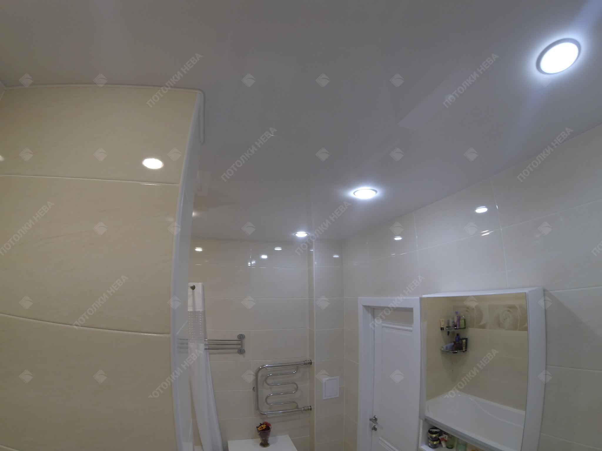 Ванная с глянцевым потолком