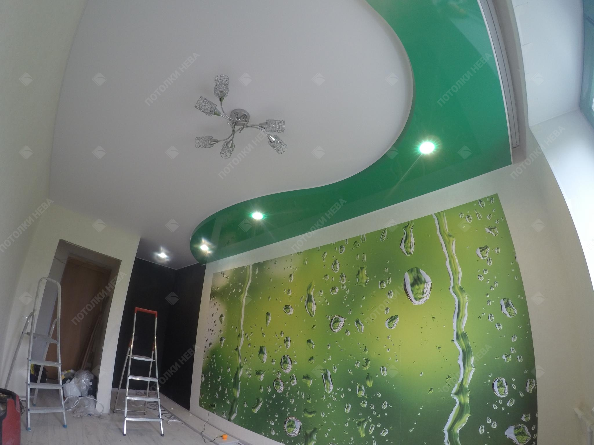 Двухуровневый зелёный потолок в детской