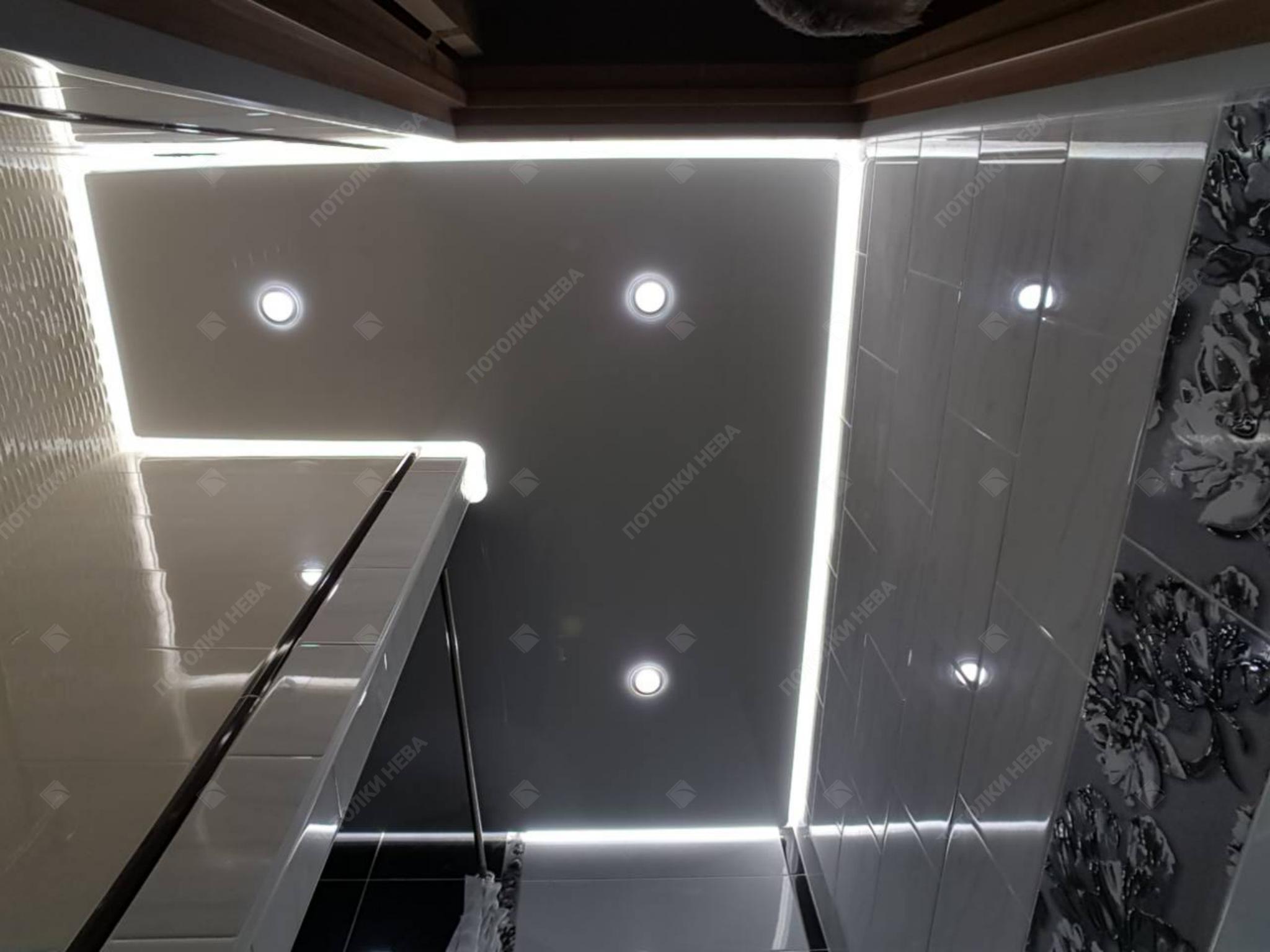 Серый глянцевый потолок с подсветкой