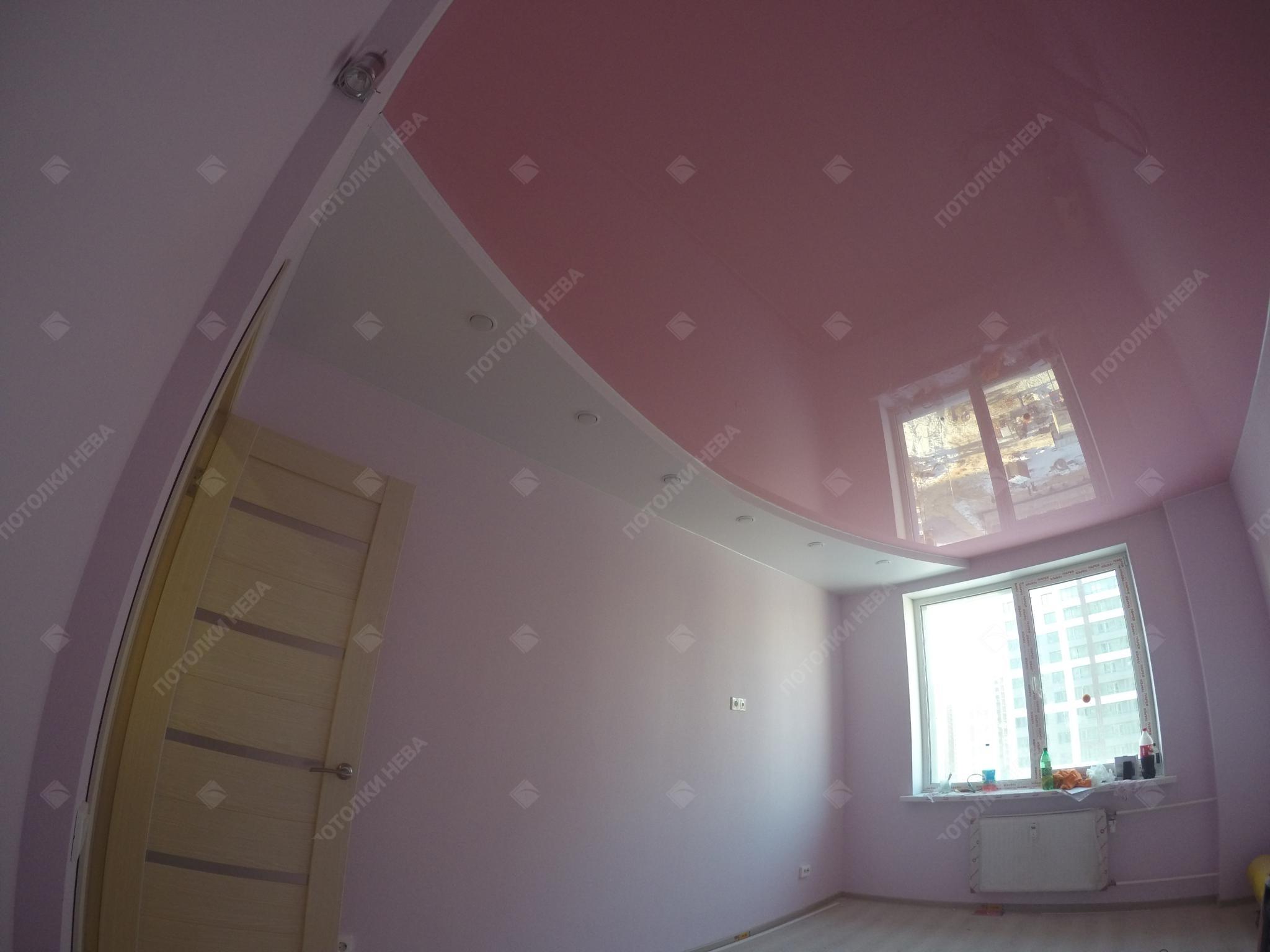 Розовый глянцевый потолок в гостиной