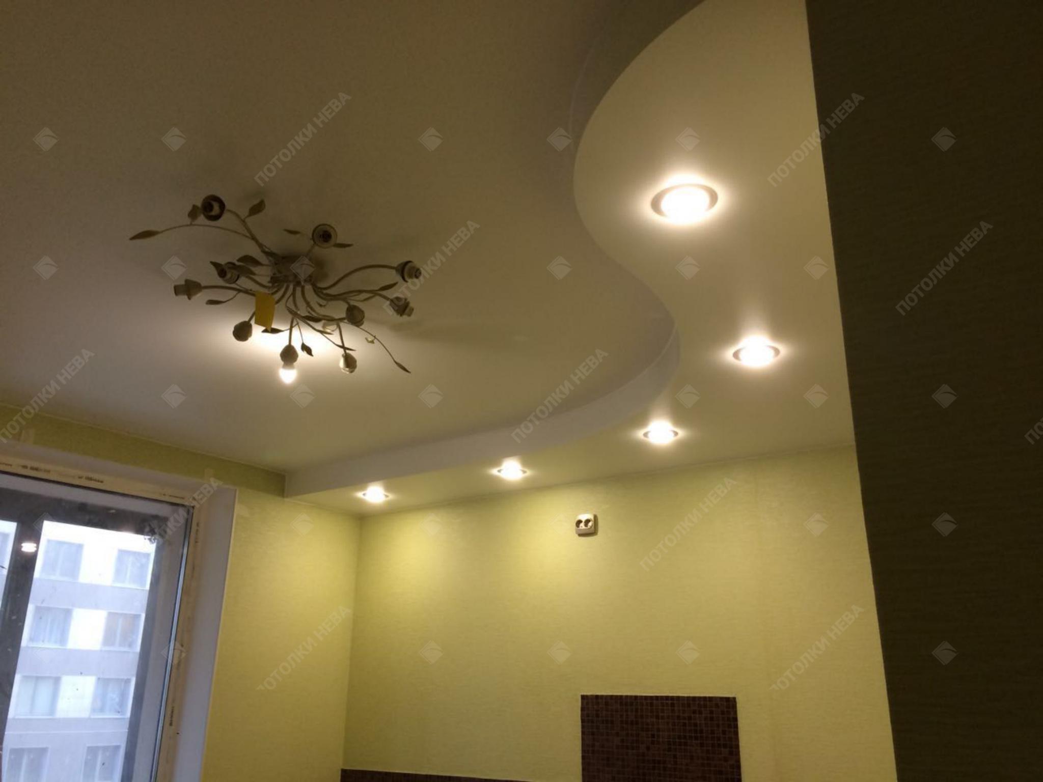 Белый двухуровневый потолок в оформлении кухни