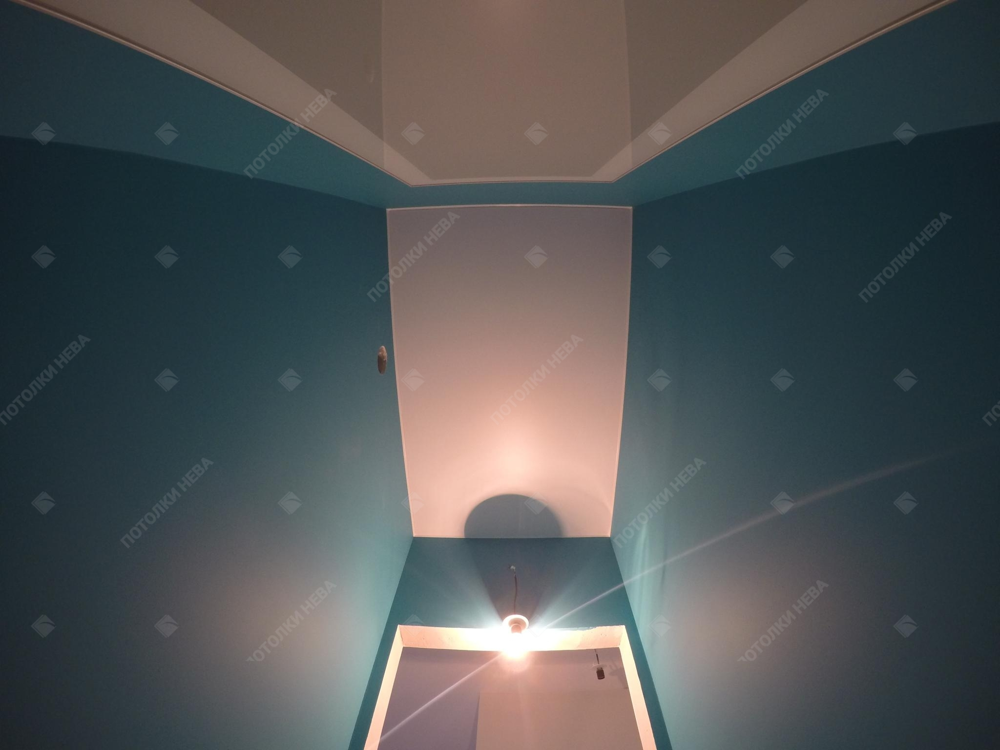 Матовый натяжной потолок в туалете