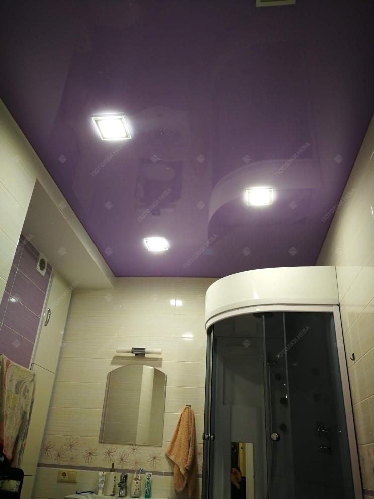 Фиолетовый глянцевый потолок в ванной