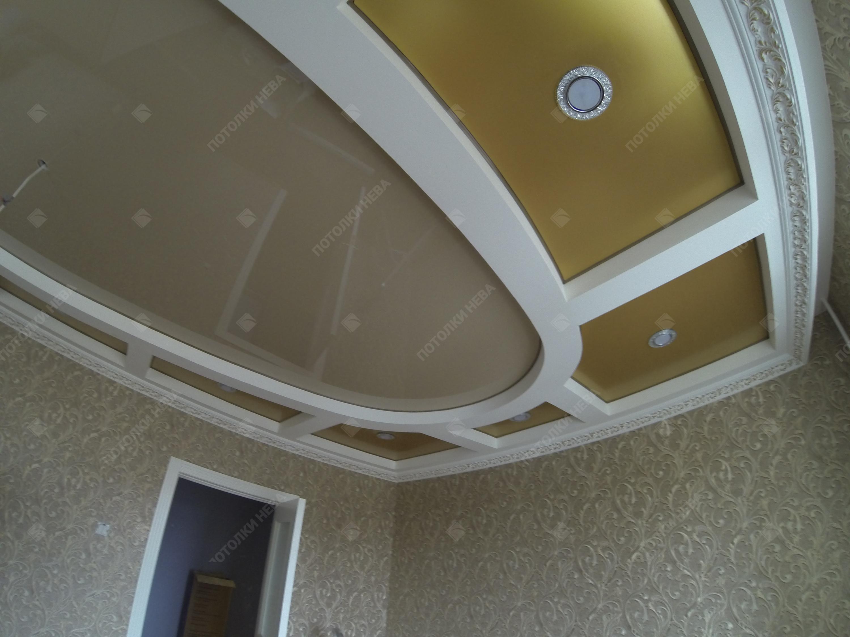 Цветной глянцевый потолок в коробе