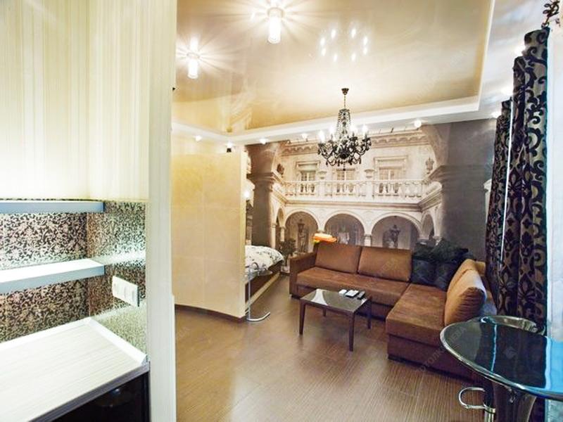 Двухуровневый бежевый потолок в гостиной