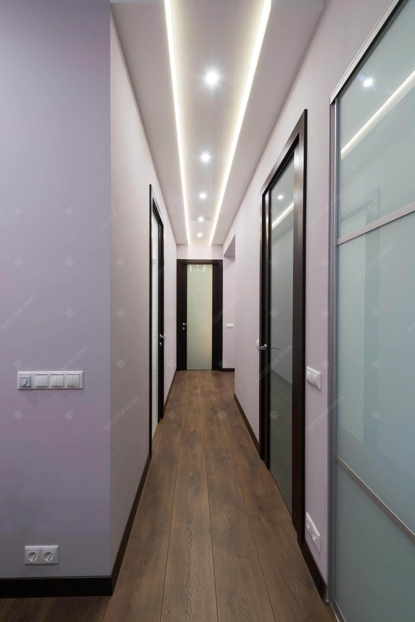 Двухуровневый потолок с подсветкой в коридоре