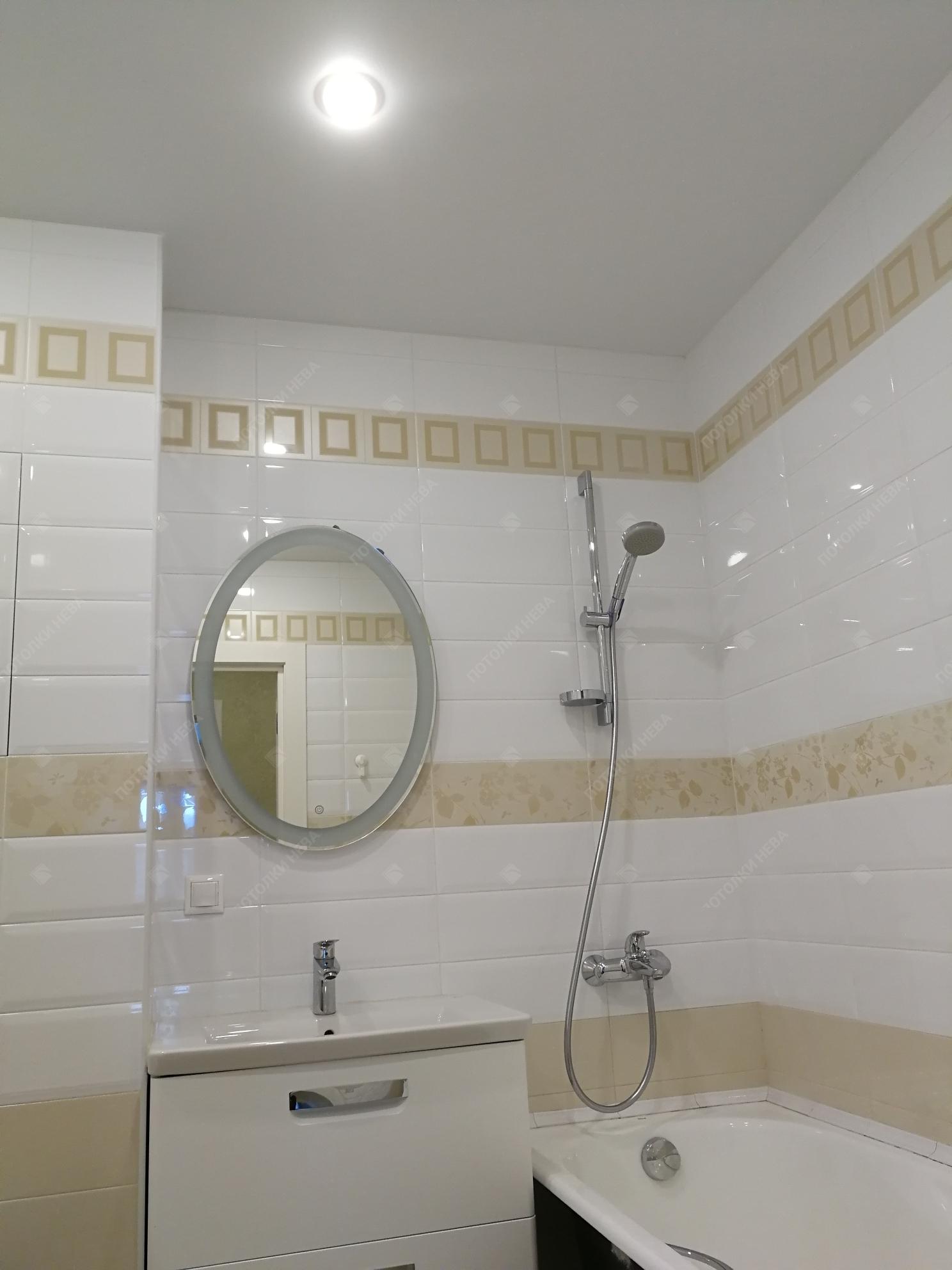Белый матовый потолок в ванной