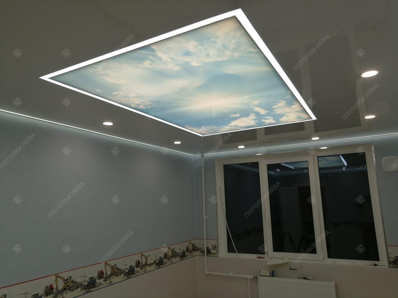 Потолок с засветкой посередине и контурной подсветкой