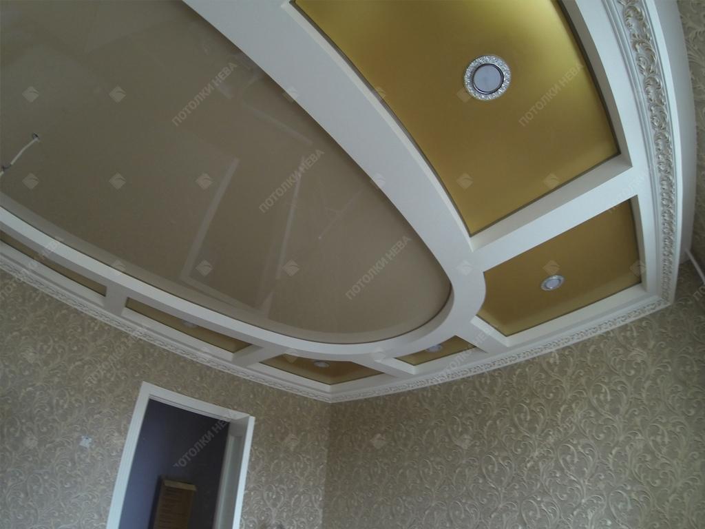 Двухуровневый цветной потолок в гостиной
