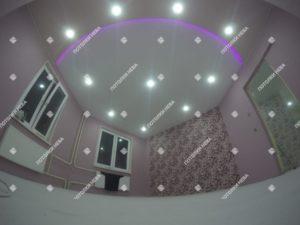 Светодиодный потолок с подсветкой в гостиной